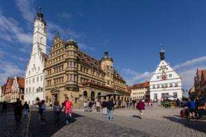 Der Marktplatz mit dem historischen Rathaus im Hintergrund in Rothenburg ob der Tauber