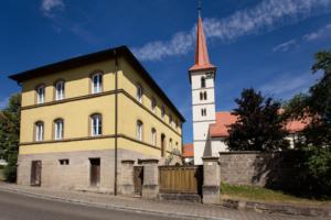 Die weiße Kirche mit rotem Spitzdach in der Gemeinde Steinsfeld