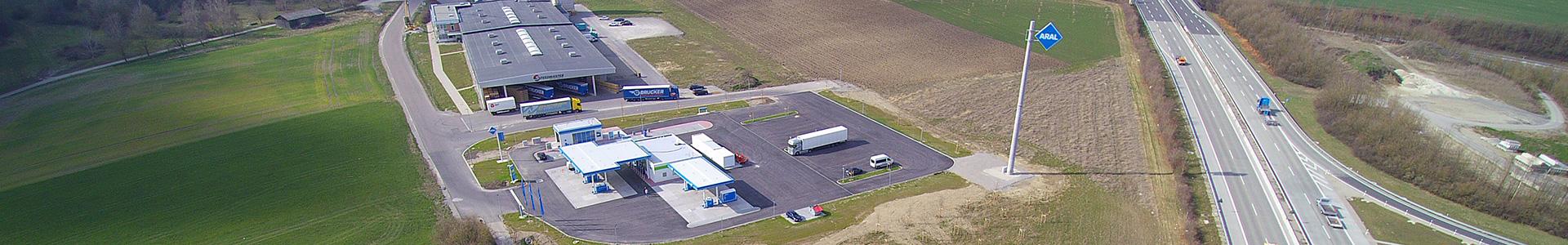 Luftaufnahme der im Gewerbepark Rothenburg ob der Tauber und Umland ansäßigen Tankstelle mit der daneben verlaufenden Autobahn A7