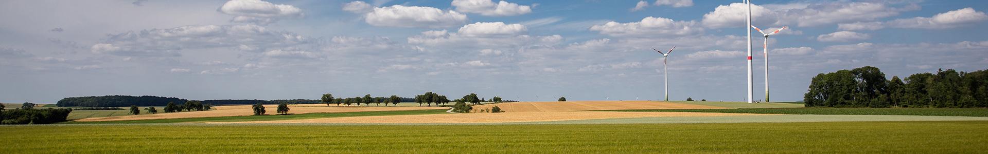 Panoramaaufnahme eines unbebauten Feldes im Landkreis Ansbach